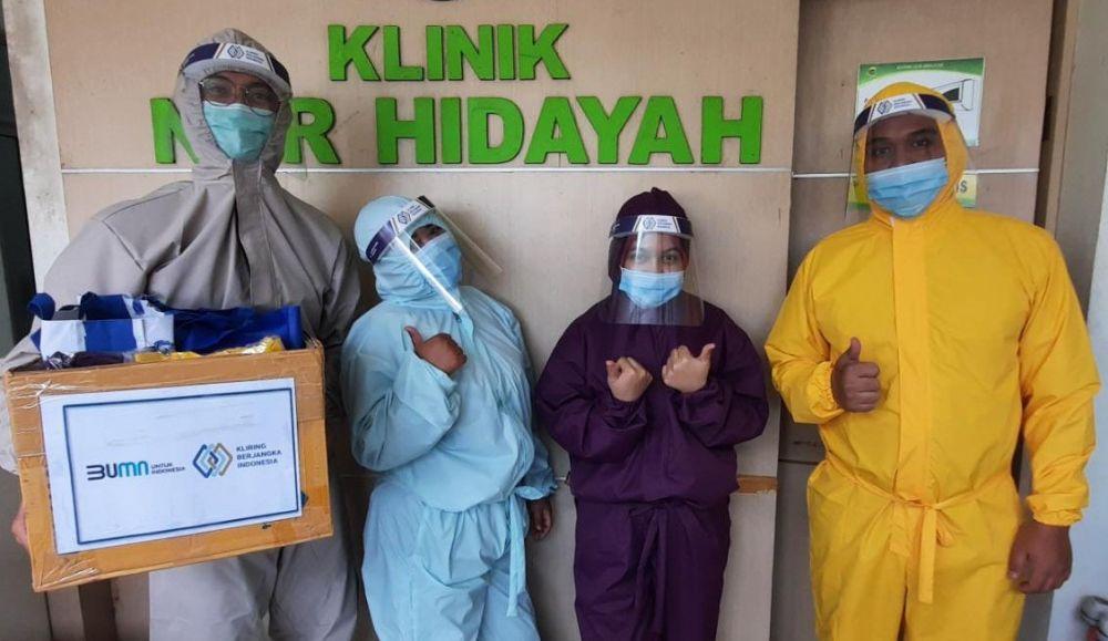Beberapa petugas kesehatan di Klinik Nur Hidayah Bantul Yogyakarta, menerima paket APD dari PT KBI.
