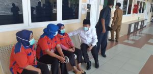 Di Sela-sela Tes Psikologi, Al Haris  Bercengkrama dengan Pegawai RS Raden Mattaher Jambi