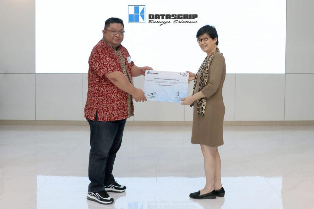 Edy Wijaya, Business Development Manager SALTO Systems (kiri) dan Sylvia Lionggosari, Business Unit Director pt. Datascrip berfoto bersama usai penandatanganan MoU Kerja Sama Datascrip dan SALTO Systems di Jakarta, Jumat (11/9).
