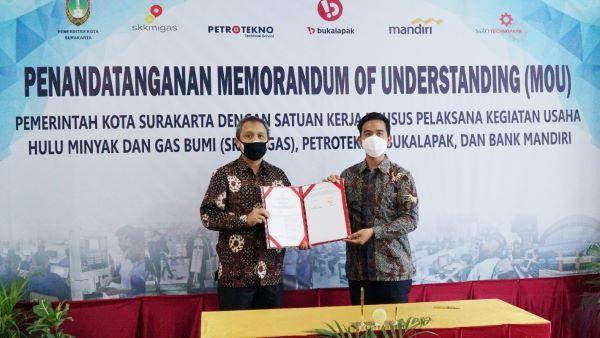 Deputi Dukungan Bisnis SKK Migas, Rudi Satwiko dan  Wali Kota Surakarta, Gibran Rakabuming Raka.