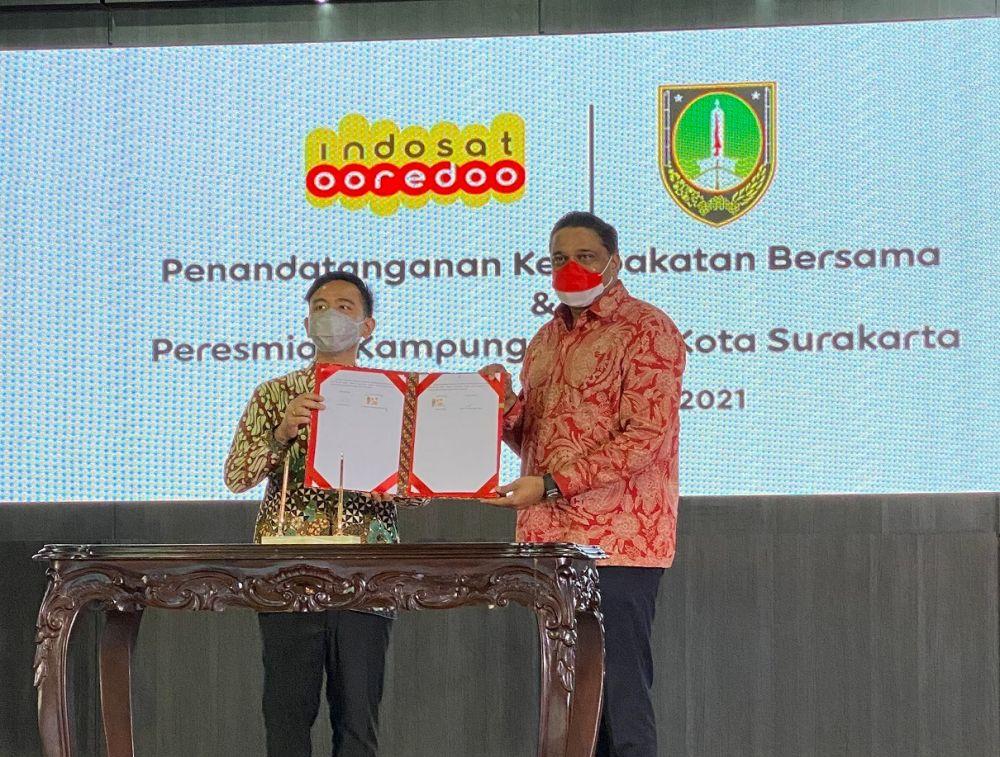 Wali Kota Surakarta, Gibran Rakabuming Raka (kiri) dan Director & Chief Operating Officer Indosat Ooredoo, Vikram Sinha (kanan) pada saat penandatanganan Kesepakatan Bersama untuk Pemulihan Ekonomi di Balai Tawang Arum, Kantor Walikota Surakarta (4/10).